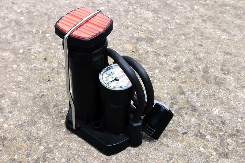 Male nožna biciklistička pumpa sa dugačkim crijevom